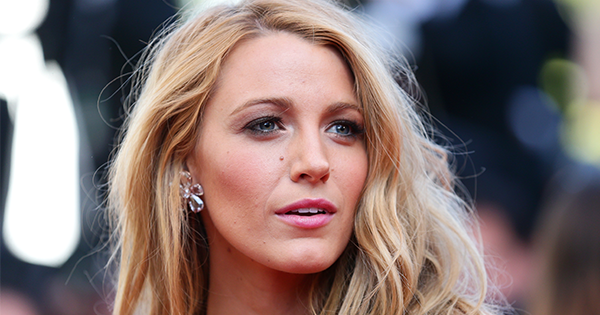How to Naturally Lighten Hair, According to Experts