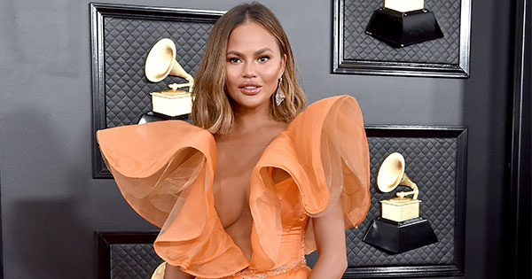 Chrissy Teigen Shares Pic of Daughter Luna Washing Mom's Hair (& Shows Off Gorgeous Bathtub in the Process)